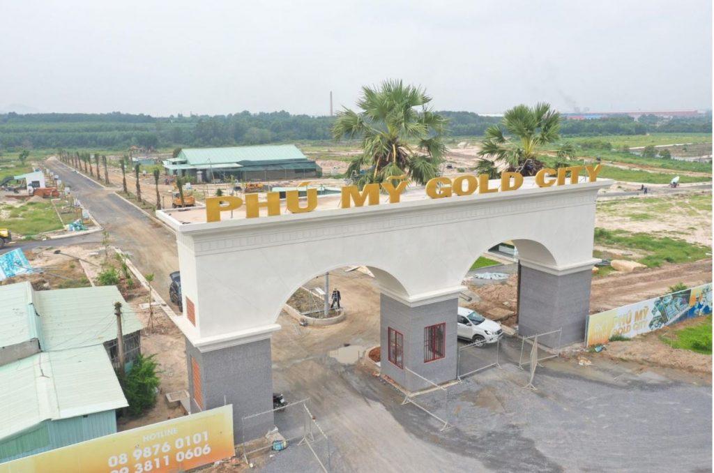 Cổng dự án Gold City đang hoàn thiện